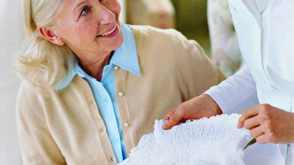 تعویض پوشک سالمندان | مرکز پارسیان مهرپرور