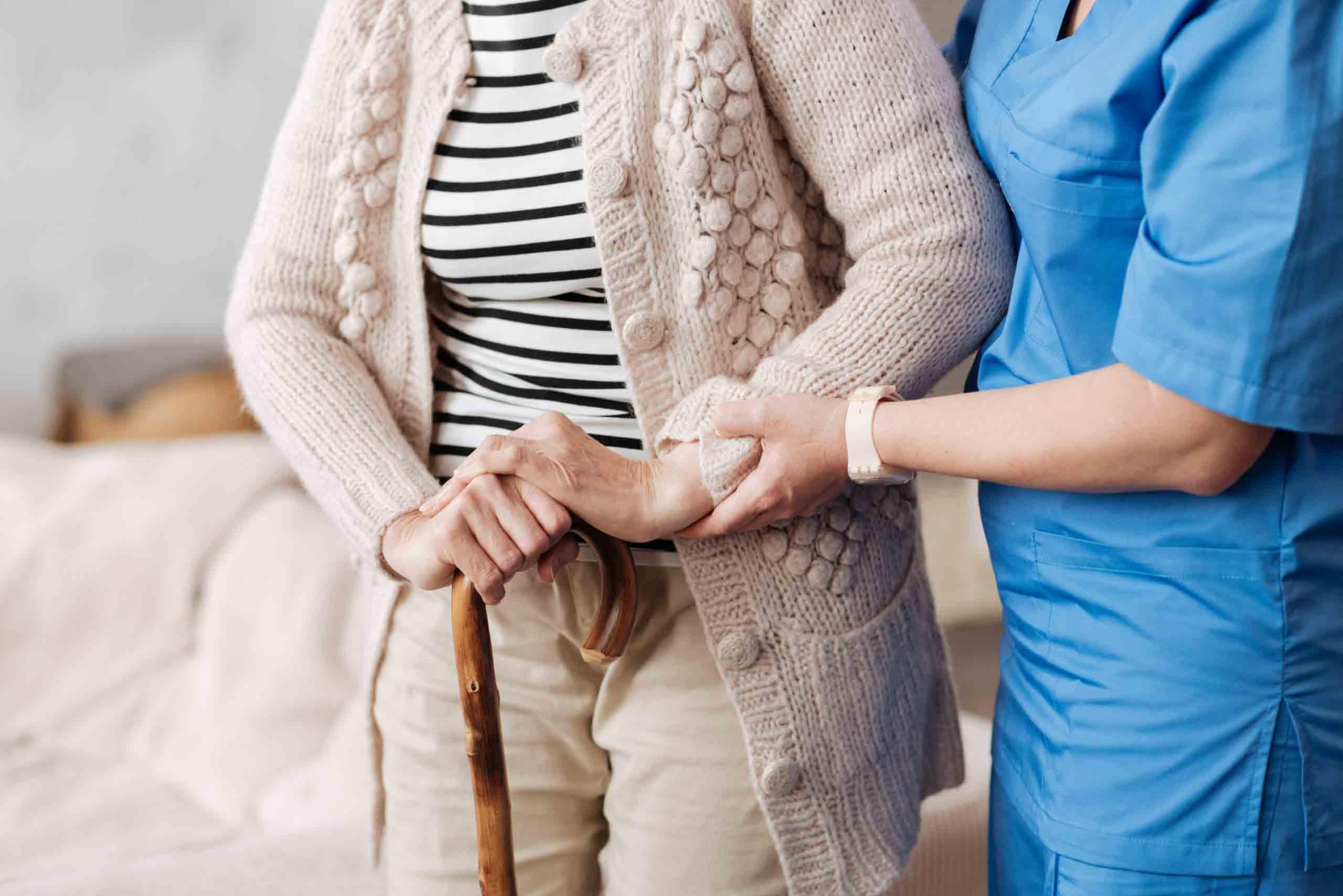 پرستار برای سالمند در خانه | مرکز پارسیان مهرپرور