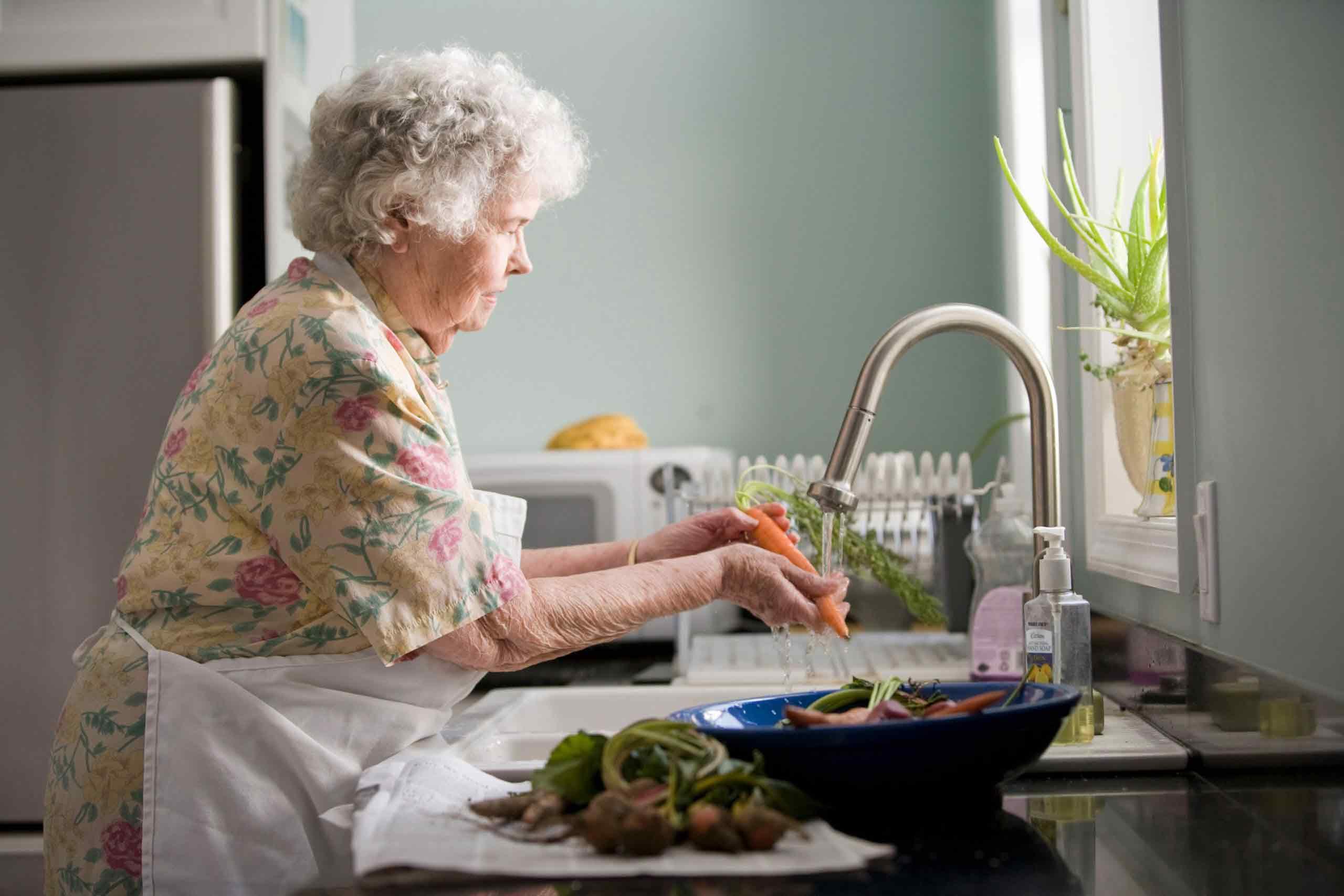 ایمن سازی آشپزخانه برای سالمندان   مرکز خدمات پرستاری پارسیان مهرپرور